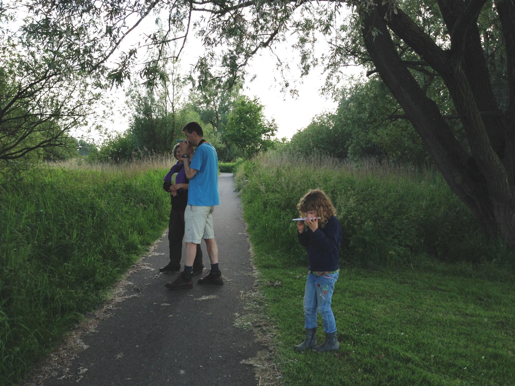 crowdfunding natuurwandeling loop onder de boom met een spiegel onder je neus